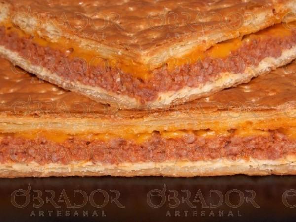 Empanada de carne con tomate y queso cheddar